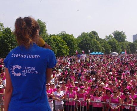 Cancer Research UK Race for Life Hyde Park Koşu Yürüyüş Kanser Araştırmaları Vakıf Dernek İngiltere yararına para toplama yarış Londra