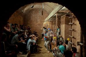 İran yeraltı tiyatrosu The Factory tiyatro oyun piyes yer altı alternatif sanat Tahran hamam kumpanya