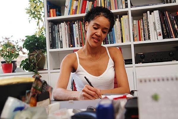 los trabajos para hacer en casa son normalmente vistos como una alternativa a los puestos de trabajo que requieren que se trabaja desde una oficina o lugar