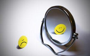 Aan mijn lach kan je niet zien hoe zwaar mijn hart het van binnen heeft - spreuk moeilijk tijden pijn ingspire