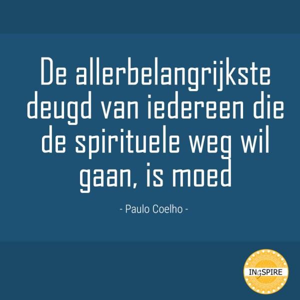 Paulo Coelho citaat: De Allerbelangrijkste deugd van iedereen die de spirituele weg wil gaan is moed.