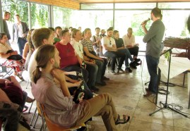 Die Moderatoren Peter Neumann und Mario Osterland eröffenen die Summer Edition. (Foto: Sigun Lüdde)