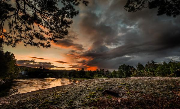 Midt i mellom 2 typer vær. Sol i vest og regn i øst. Det oransje midt i bildet er faktist ei regnbyge