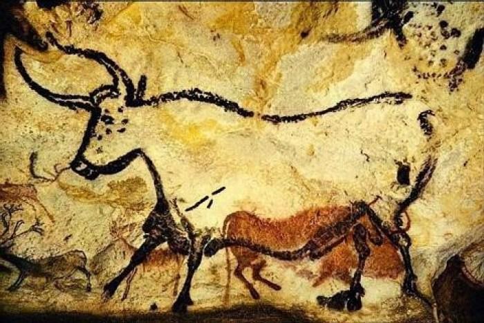 Il toro di Lascaux, Francia. Carbone ed ocre su roccia, età 18.000-15.000 anni fa