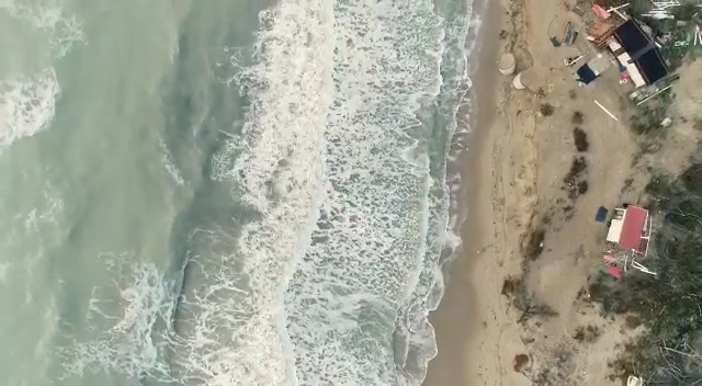 foto ingvambiente , la spiaggiai Metaponto durante una mareggiata