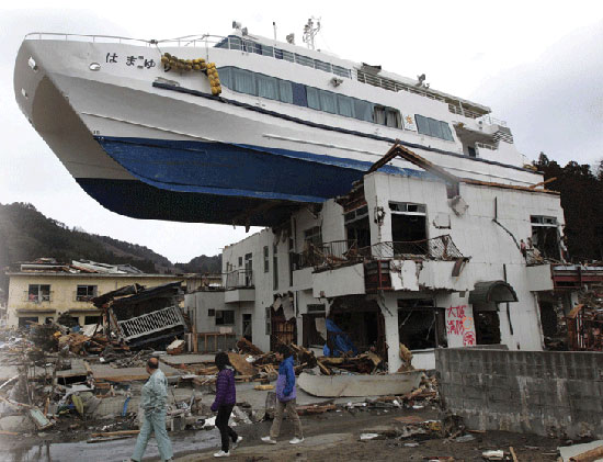 20120311-1-1-tohoku-japna-earthquake-destruction-boat-on-roof-515x421