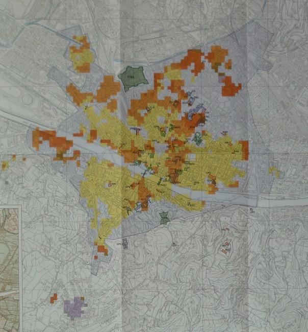 La mappa realizzata da Vannucci et al. (2004) con la distribuzione degli effetti di danno causati dal terremoto del 18 maggio 1895 nella città di Firenze: i colori più scuri (dall'arancione al viola) indicano gli effetti più gravi, il giallo quelli minori. Nel complesso gli effetti a Firenze furono pari al grado 7 della scala MCS (Mercalli-Cancani-Sieberg) e al grado 6-7 della scala EMS98 (Grünthal, 1998). Si notino, in basso nella mappa, i gravi danni (colore viola) subiti dall'abitato del Galluzzo.