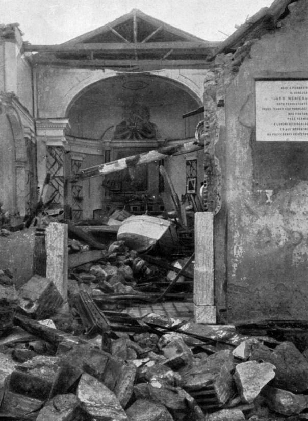 Pellaro (RC): una barca trascinata dal maremoto all'interno della chiesa della Madonnella, crollata a causa del terremoto. Poco a sud di questo paese lo tsunami raggiunse l'altezza massima rilevata di circa 13 metri.