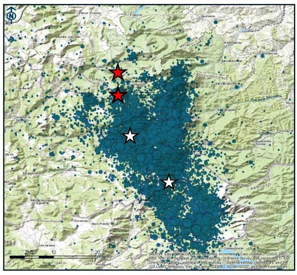 La mappa della sequenza sismica dal 24 agosto 2016 al 26 ottobre 2016 (ore 20.20). Le tre stelle bianche sono i due eventi di magnitudo 6.0 e 5.4 del 24 agosto e il terremoto di magnitudo ML 5.4 avvenuto oggi, 26 ottobre, alle ore 19.10 (la stella più a nord).