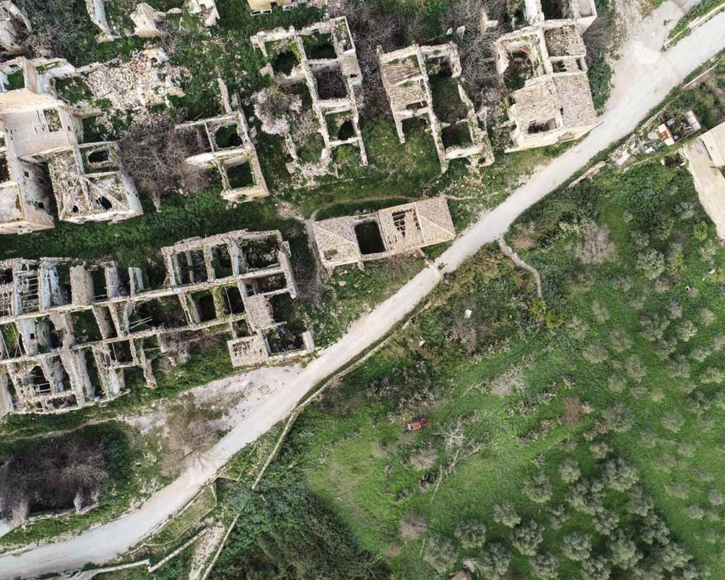 Vista dei ruderi di Poggioreale dal drone INGV (2020, foto Massimo Cantarero).
