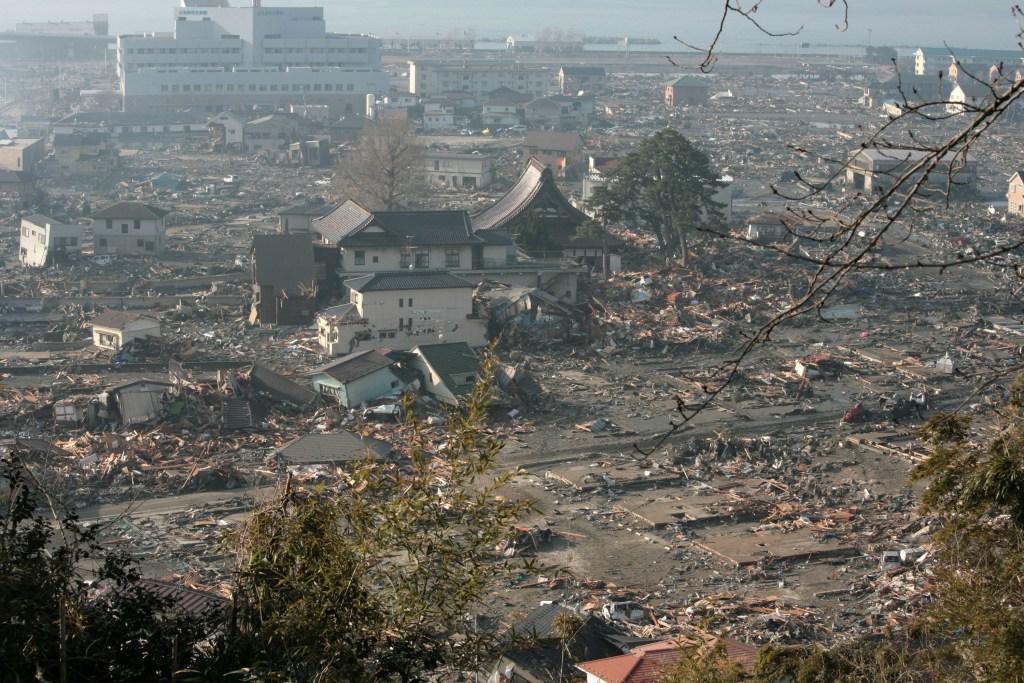 Lo tsunami ha spazzato via la stazione di servizio provocando un incendio che ha bruciato l'intera città.