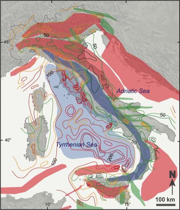 Figura 3. Flusso di calore in Italia (CNR-IGG). La spaziatura tra le isolinee è variabile come nell'elaborazione originale. L'isolinea di 70 mW/m2 è stata utilizzata per separare aree con sorgenti termali ed emissioni di CO2 collegate all'elevato flusso di calore stesso – superiore a 70 mW/m2; a ovest - dalle aree dove la presenza di questi fluidi è l'effettivo risultato della loro circolazione nelle rocce della crosta superiore - ad est. Le aree colorate indicano i differenti domini tettonici attivi; celeste: rifting e assottigliamento crostale; blu: estensione post-orogenica; rosso: compressione attiva; verde: trascorrenza attiva.