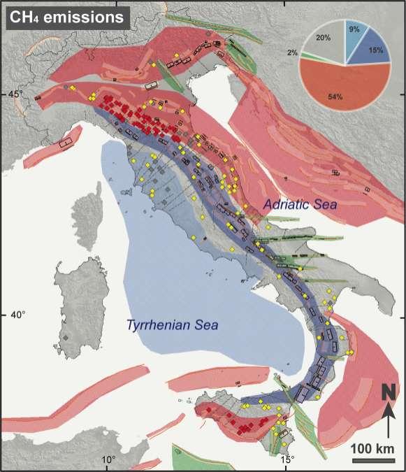 Figura 9. Distribuzione di emissioni di CH4, elementi sismotettonici e domini tettonici. Le emissioni di CH4 sono rappresentate in (a) rosso se discusse nel testo dell'articolo; (b) grigio se ritenute di natura biogenica e/o se localizzate entro una distanza di 5 km da una emergenza di torba o carbone fossile; (c) giallo in tutti i rimanente casi. Il diagramma in alto mostra la distribuzione delle emissioni di CH4 nei differenti regimi tettonici oggi attivi. Da notare che il 54% delle emissioni di CH4 è presente negli ambienti compressivi del pedeappennino, della Pianura Padana e della Sicilia.