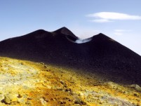 il cono del Nuovo Cratere di Sud-Est visto dall'orlo della Valle del Bove; a sinistra si vede il vecchio cono del Cratere di Sud-Est.