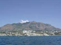 Ischia - M.Epomeo da Citara – Il versante occidentale del blocco risorgente del M. Epomeo, interamente costituito dal Tufo Verde omonimo (55 mila anni fa).