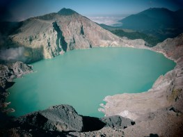 Figura 2 - Il lago craterico del vulcano Kawah Ijen, in Indonesia, considerato il serbatoio d'acqua ultra-acida (pH uguale a 0) più grande del mondo (foto: Dmitri Rouwet, settembre 2014).