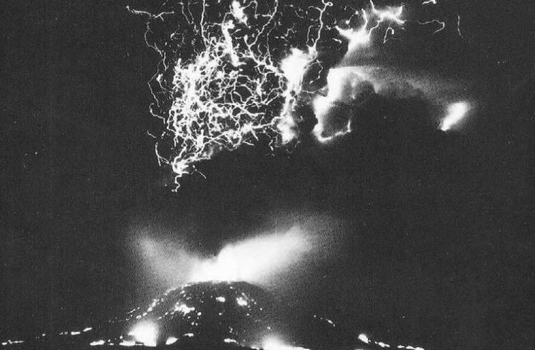 Quello spettrale Cesare dalla testa di cane. Vesuvio, 1944