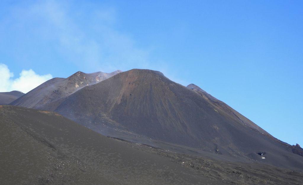 """La calma fra parossismi: il Cratere di Sud-Est, visto dal """"Cono del Laghetto"""" (dell'eruzione del 2001) sull'alto versante meridionale"""