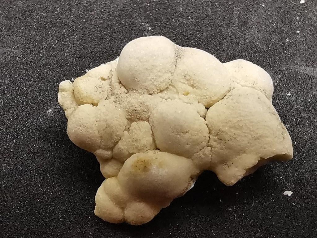 Figura 7 - Agglomerato di pisoliti rotondeggianti di 2 cm.