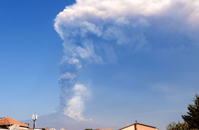 L'Etna resta in scena: una settimana di parossismi
