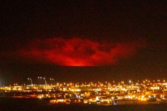 Una nuvola rossa illumina il cielo buio d'Islanda