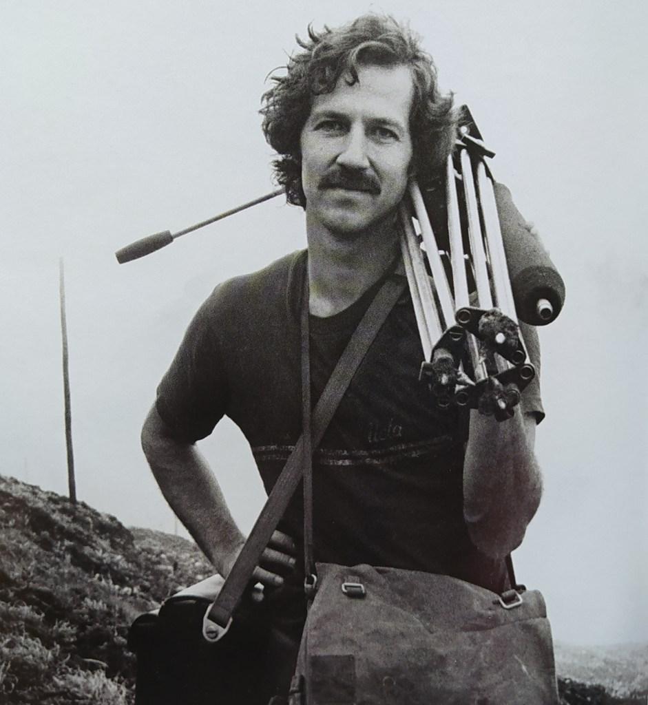 Figura 4 - ll regista tedesco W.Herzog a La Guadaloupe mentre sale verso la sommità del vulcano con la sua attrezzatura cinematografica (Foto: Werner Herzog Film, Behind the Scenes e [2]).