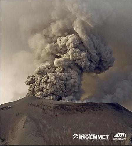 Figura 3 - Esplosione vulcaniana del vulcano Sabancaya, Perù. Fotografia OVI INGEMMET.