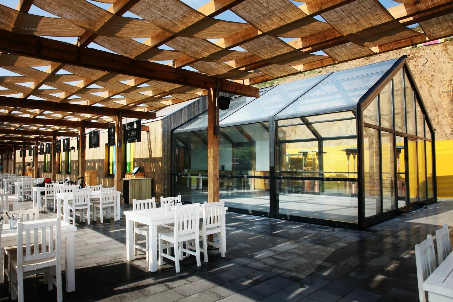 Retractable restaurant addition provides flexible space