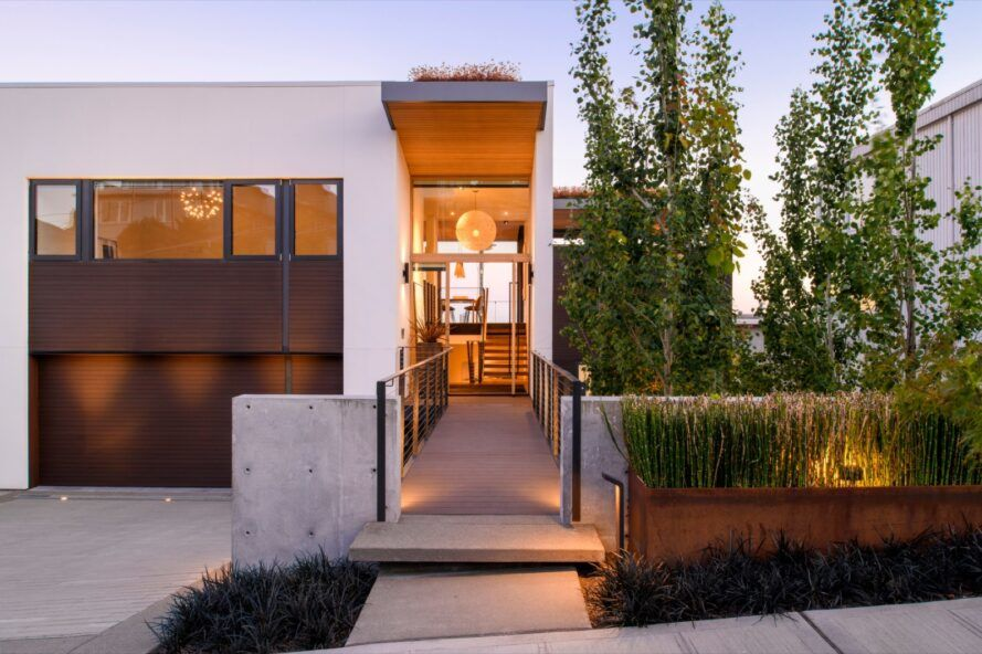 Green-roofed Seattle home effortlessly pulls the outdoors in