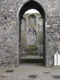 Ruinen erlauben oft erstaunliche Einblicke: Kein Dach überm Kopf - aber Verzierungen am Fenster, diese Ir(r)en.