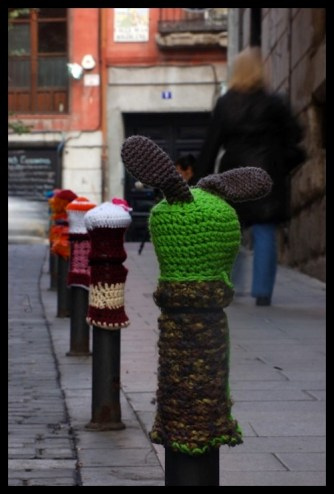 Bolardos de lana en Lavapiés