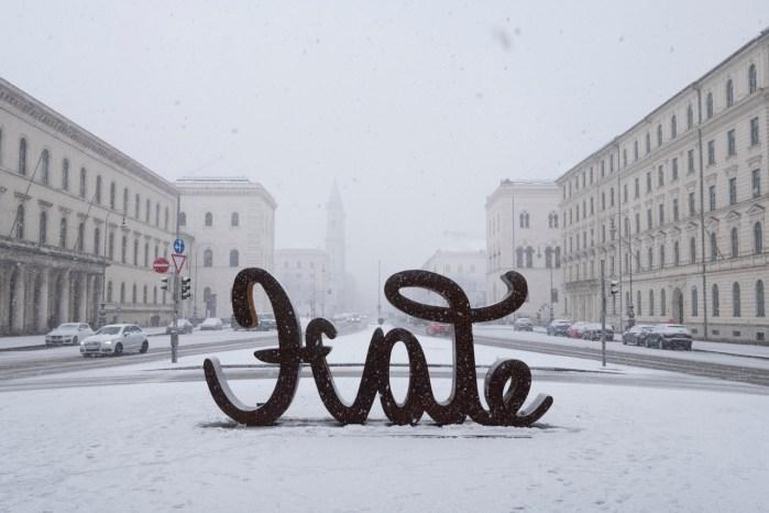 "Escultura ""Hate"" de Mia Florentine Weiss en Munich"