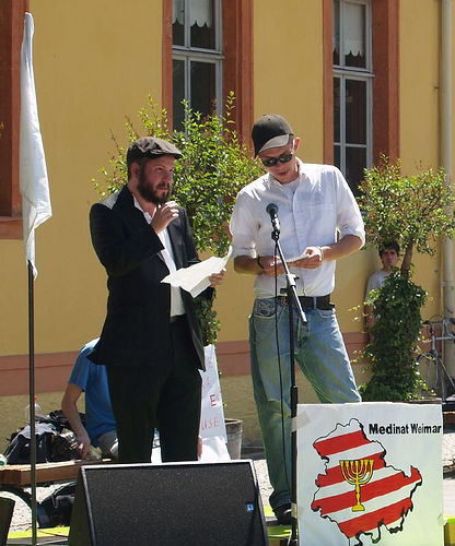 El secretario de Medinat Weimar R. Eidelman junto al responsable de relaciones públicas alemán S. Schmidt durante un mitín