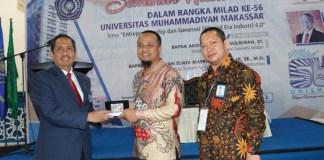 Rektor Unismuh Makassar, Prof Dr H Abdul Rahman Rahim, SE,MM memberikan cendramata kepada Wakil Gubernur Sulsel, Andi Surdirman Sulaiman di acara seminar nasional yang digelar di Kampus Unismuh Makassar, Selasa 23 Juli 2019.-nasrullah-