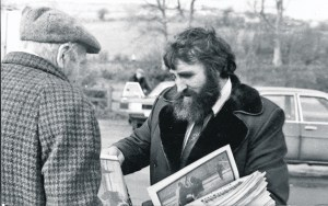 Cllr Eddie Fullerton selling copies of An Phoblacht in Cockhill in 1989. (Photo: Charlie McMenamin)