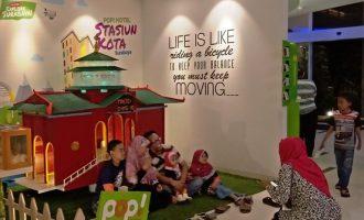 Permalink ke Sambut Idul Fitri, Tim Kreatif POP! Hotel Stasiun Kota Surabaya Sulap Bahan Bekas Jadi Masjid Cheng Ho Megah