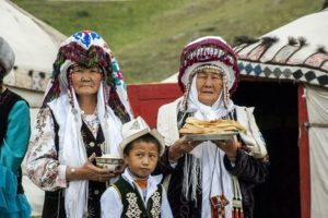 femmes-et-enfant-Kirgiz-offrant-le-pain-et-le-sel