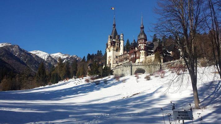 chateau-peles-a-sinaia-sous-la-neige-en-hiver