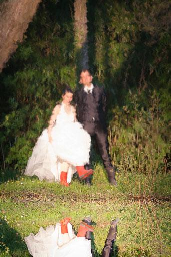 Utilisation d'accessoires décalés pour apporter une touche singulière au classiques photo de mariés.