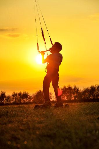 Mise en évidence d'une silhouette d'un kiteboarder au coucher du soleil