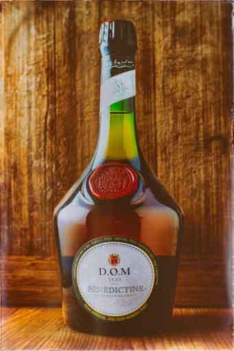 Réalisation finale de la photo d'une bouteille d'alcool dans des tons chaleureux.