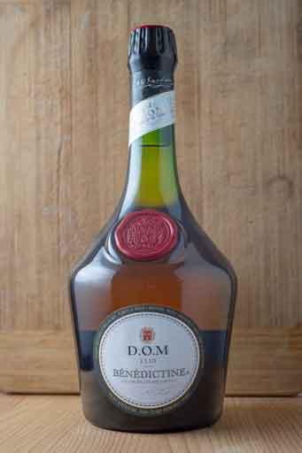 Retouche de l'assemblage des photos de bases de la photo d'une bouteille d'alcool dans des tons chaleureux.
