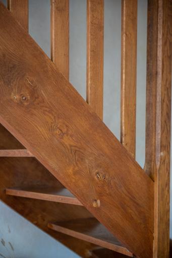 L'escalier semble très pentu de part le choix du cadrage vertical