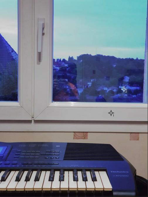 Photo prise en intérieur avec un réglage manuel de la balance des blancs pour neutraliser la dominante de couleur du cadre PVC de la fenêtre