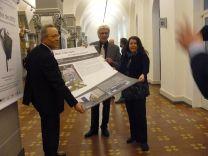 v.l.n.r: Kamil Saygin (Vorsitzender Ausländerbeirat Stadt Kassel), Oberbürgermeister Bertram Hilgen und Kuratorin Birgit Mair aus Nürnberg