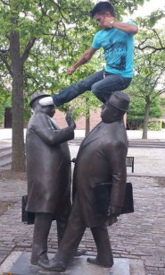 people-playing-with-statues-funny-posing-20-5931703316a25__605