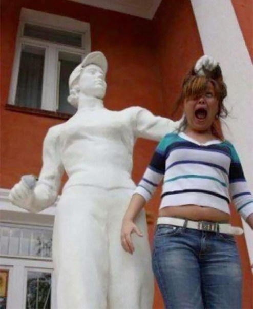people-playing-with-statues-funny-posing-25-59350cfc76dc8__605