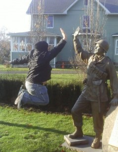 people-playing-with-statues-funny-posing-26-59317f0a271d7__605