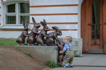 people-playing-with-statues-funny-posing-4-593120af89315__605