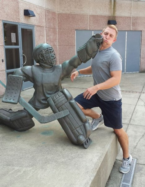 people-playing-with-statues-funny-posing-42-5935420479f92__605